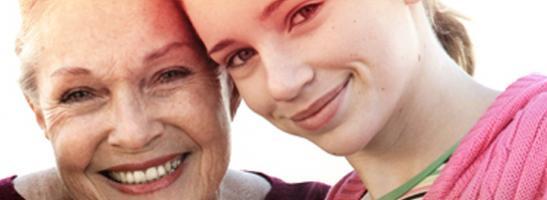 Bild på två kvinnor, en äldre till vänster och en yngre till höger. Bilden illustrerar historiken av o.b. Och att vi har hjälpt förbättra livskvaliteten för kvinnor i mer än 60 år.