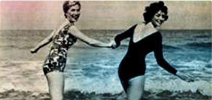 Bild på två kvinnor i baddräkt som håller handen. Bilden är gammaldags och illustrerar den kvinnliga revolutionen.
