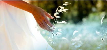 Bild på en kvinna som står på ett fält. Bilden illustrerar hur vi arbetar för en hållbar utveckling och värnar om miljön.