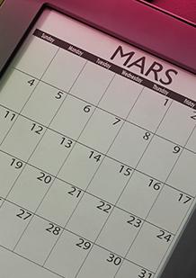 Bild på en kalender över Mars månad. Bilden illustrerar att det är bra att planera när mensen kommer så att du är förberedd med exempelvis tamponger i väskan.