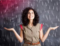 Bild på en ung kvinna som står framför en krittavla.