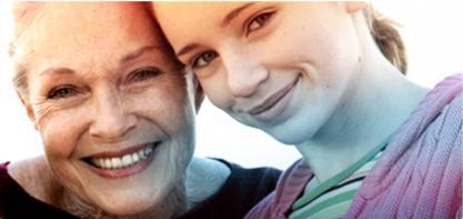 Bild på två kvinnor, en äldre till vänster och en yngre till höger. Bilden illustrerar historiken av o.b. Och att vi har hjälpt förbättra livskvaliteten för kvinnor i mer än 65 år.